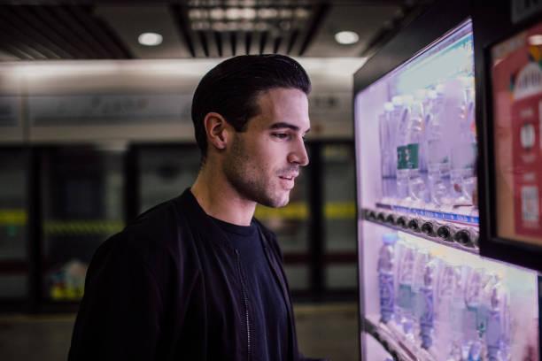 Mann mit Automaten – Foto