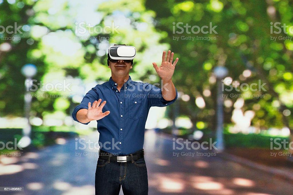 Mann mit virtual-reality-headset im Freien Lizenzfreies stock-foto