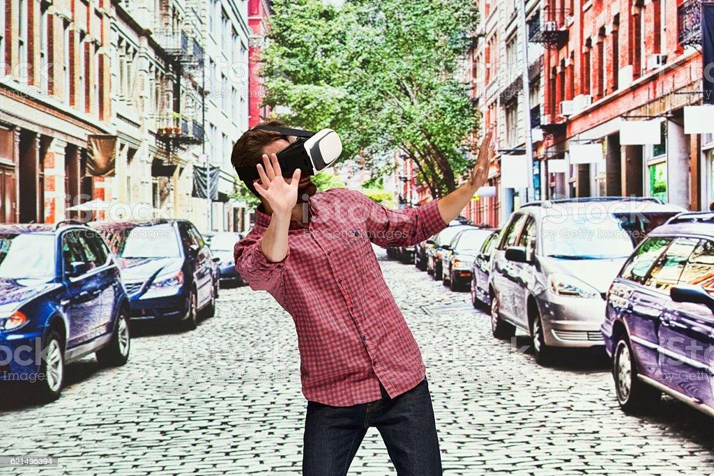 Uomo con cuffie realtà virtuale all'aperto foto stock royalty-free