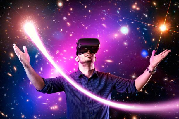 mann mit virtual-reality-kopfhörer mit - spiel des wissens stock-fotos und bilder