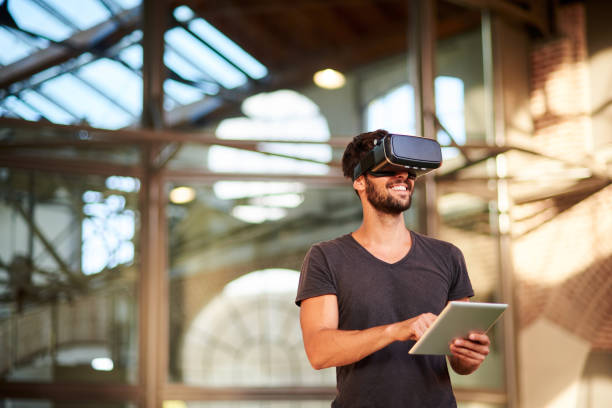 sanal gerçeklik simülatörü kulaklığı kullanan adam - sanal gerçeklik stok fotoğraflar ve resimler