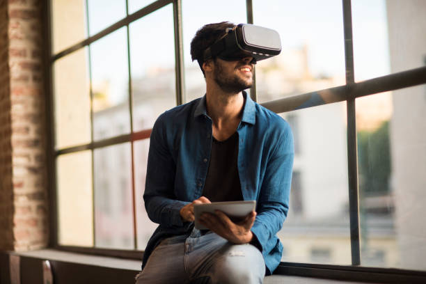 仮想現実シミュレータのヘッドセットを使用している人 - ゲーム ヘッドフォン ストックフォトと画像