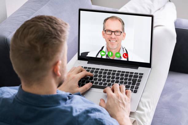 Mann Videokonferenzen mit Arzt auf Laptop – Foto