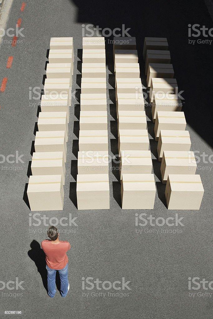 Homme affichage lignes de colis photo libre de droits