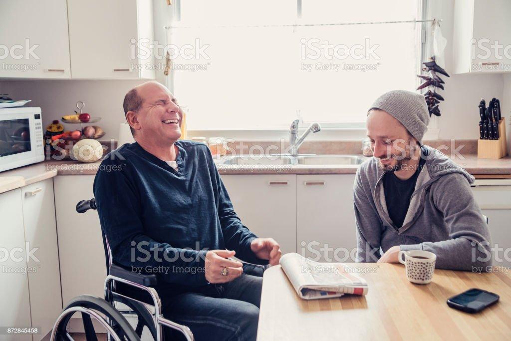 Mann besucht einen temporäre behinderten Freund und einer Tasse Kaffee. – Foto