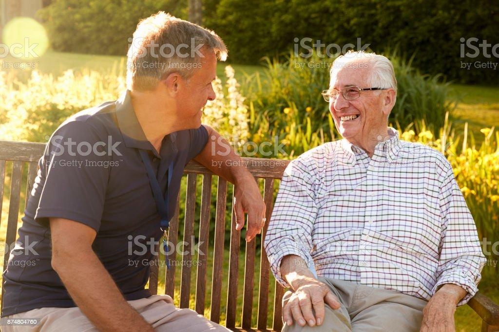 Mann besuchen Senior männlichen Verwandten In Einrichtung für betreutes Wohnen - Lizenzfrei 80-89 Jahre Stock-Foto