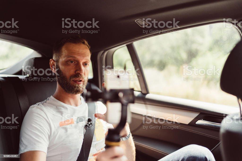 Mann Vlogs im taxi – Foto