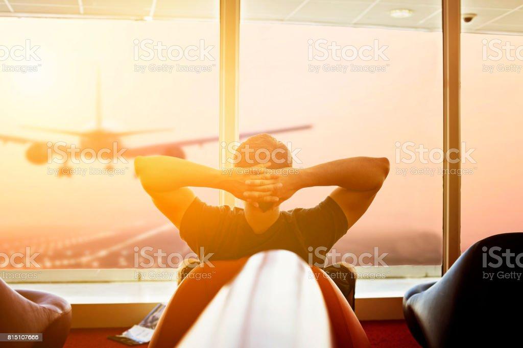 Mann am Flughafen warten – Foto