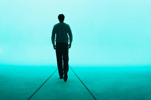 mann zu fuß entfernt - gegenlicht stock-fotos und bilder