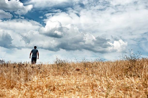 Mann zu Fuß in ein Feld – Foto