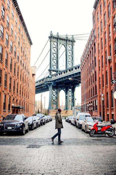 pria berjalan di brooklyn - traveler new york potret stok, foto, & gambar bebas royalti
