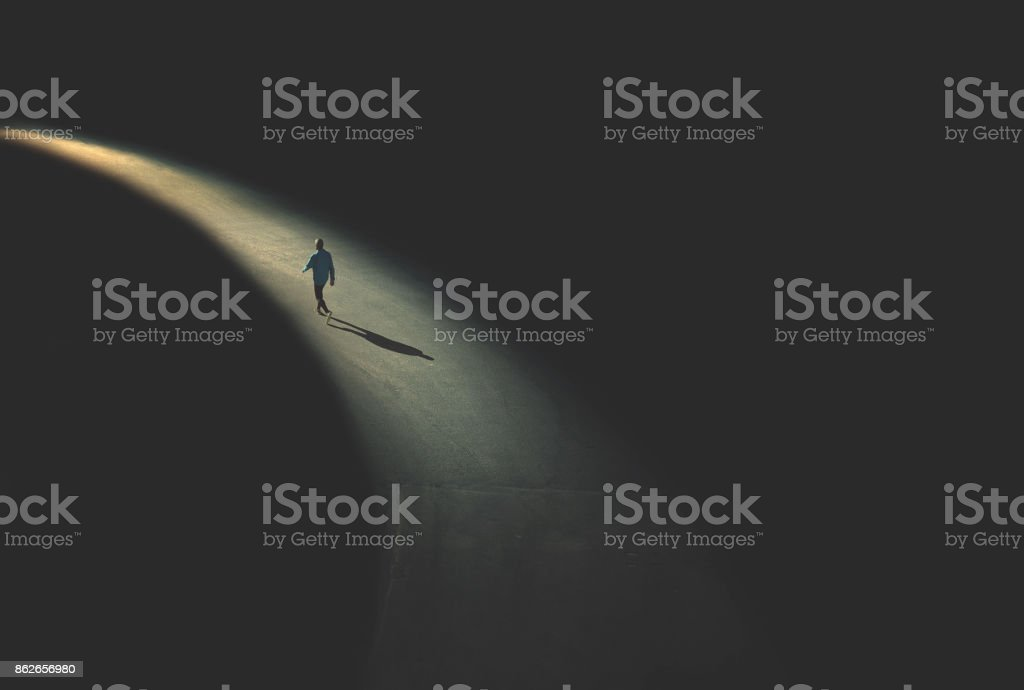 在夜間行走的人 - 免版稅一個人圖庫照片