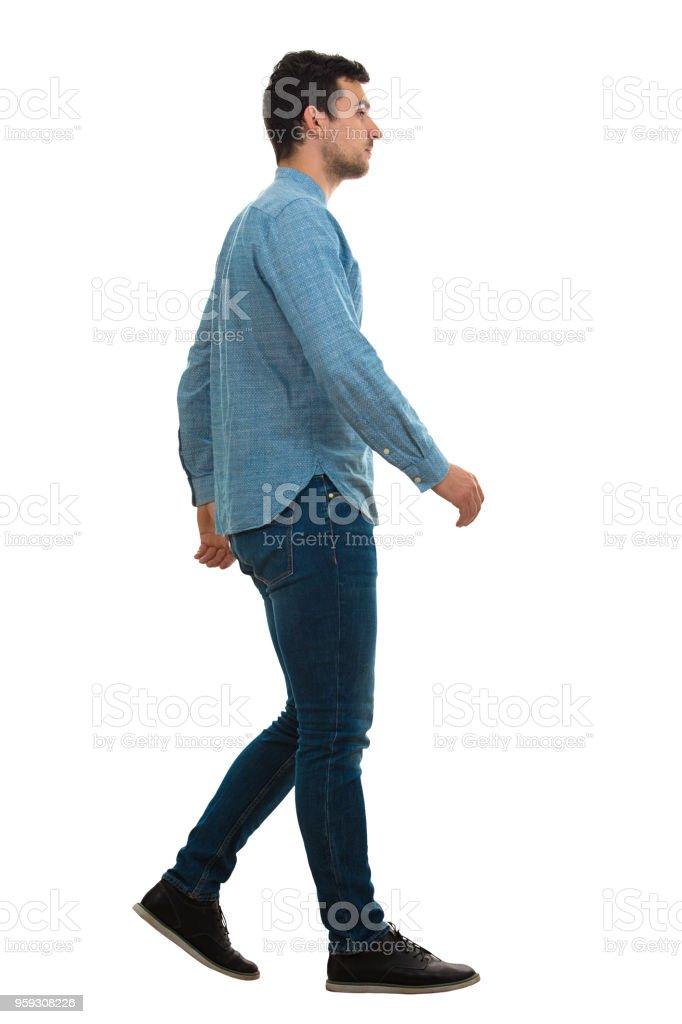 Hombre caminando aislados sobre fondo blanco foto de stock libre de derechos