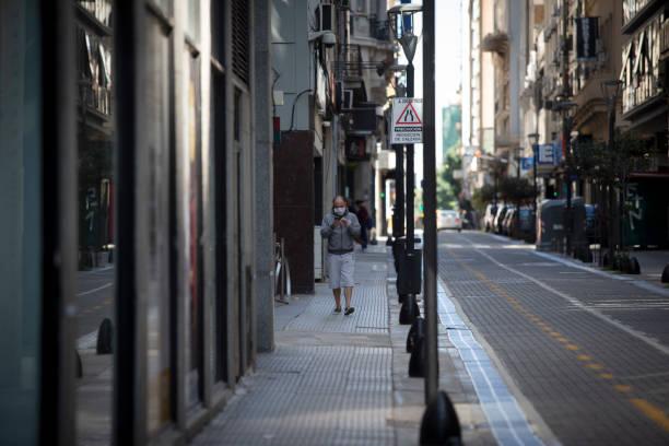 Mann zu Fuß auf Quarantäne-Zustand – Foto