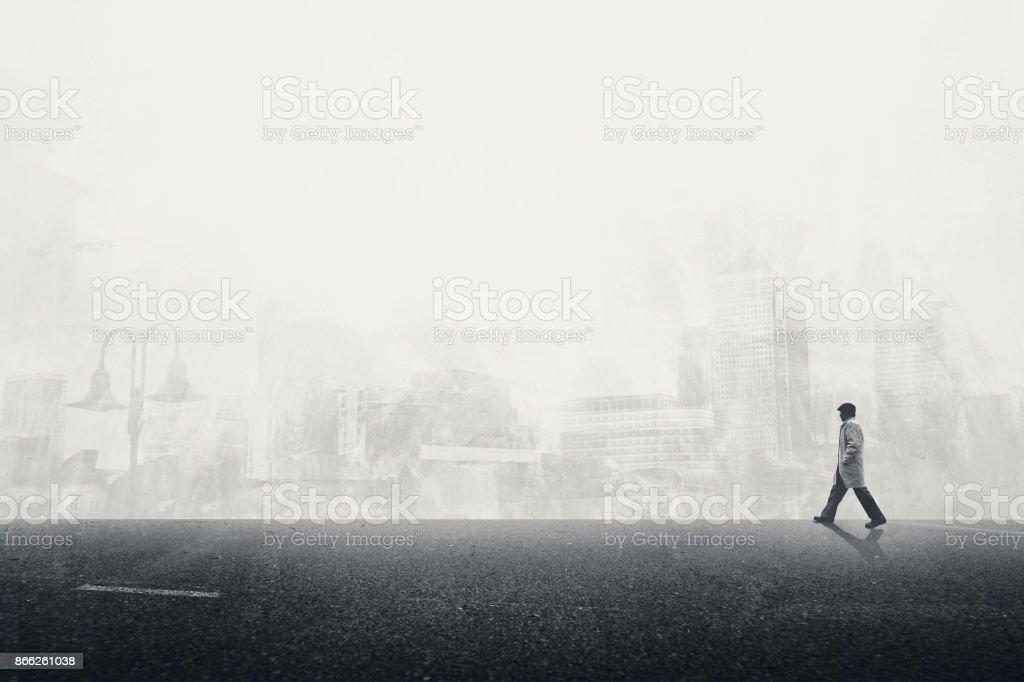 homem andando sobre o cinzento de rua na cidade - foto de acervo