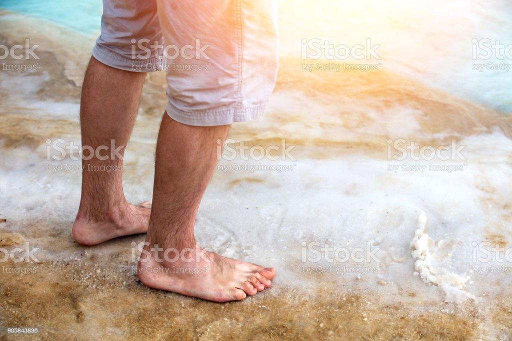 Mann zu Fuß auf den salzigen Toten Meeresstrand – Foto