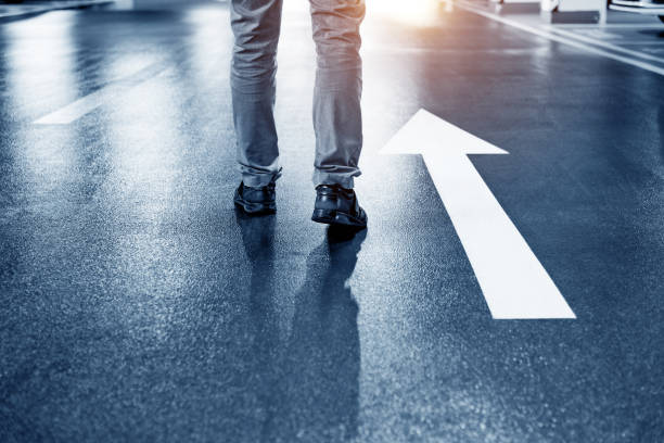 Mann zu Fuß auf weißen Richtung Pfeil – Foto
