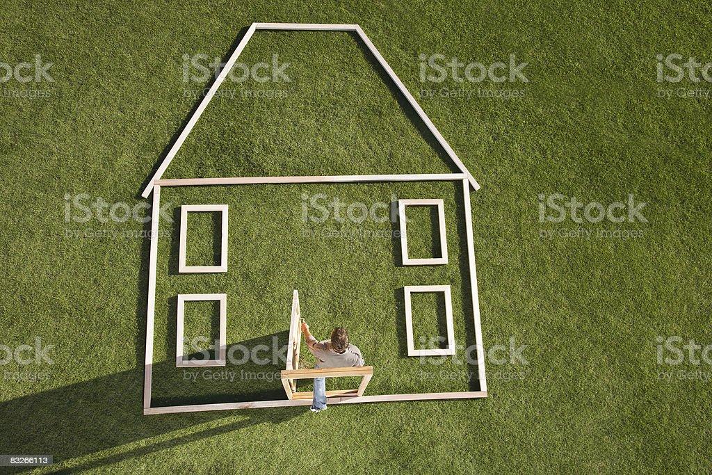 Uomo a piedi attraverso la porta di casa contorno foto stock royalty-free
