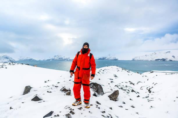 南極の雪と氷を通って男散歩。氷山とあなたの周りの凍結。 - 南極旅行 ストックフォトと画像