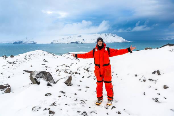 Hombre camina a través del hielo y la nieve en la Antártida. Icebergs y todo congelado a tu alrededor. En frío. - foto de stock