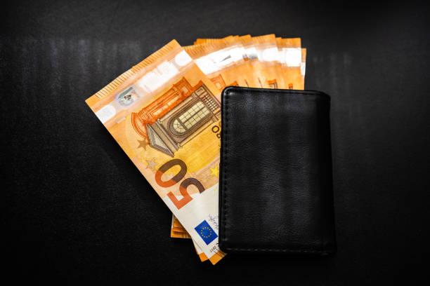 Mann Brieftasche mit Geld auf dem Tisch, Brieftasche mit EURO – Foto