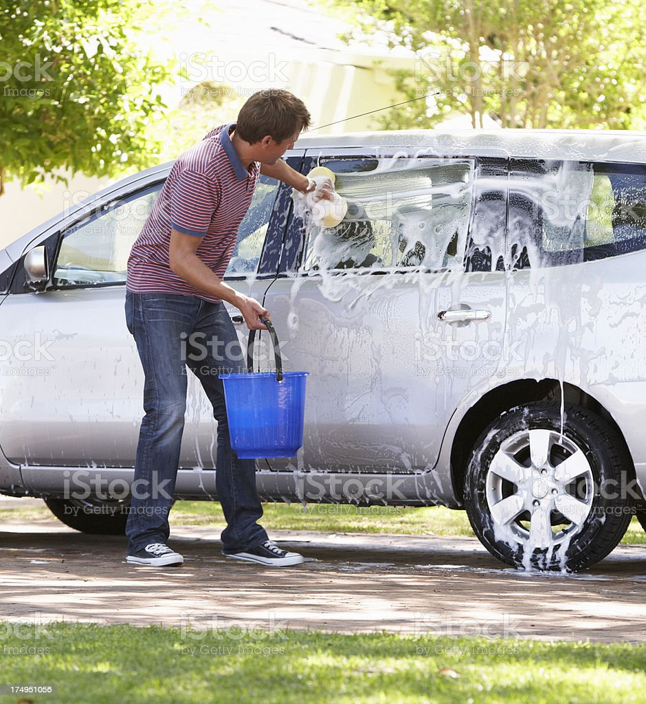 Homme lave la voiture en voiture - Photo