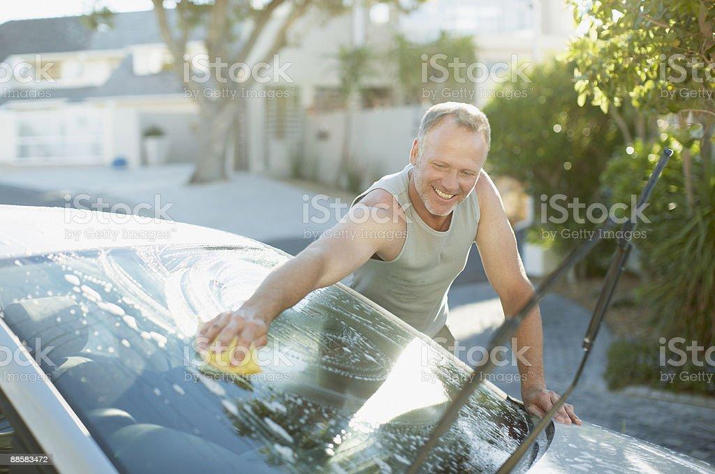 Homme laver le pare-brise de voiture - Photo