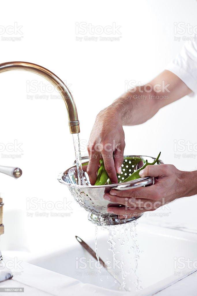 Mann Waschen chili peppers – Foto