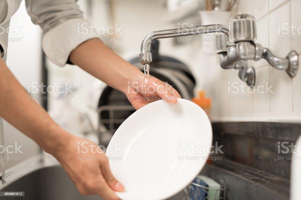 prato de lavar roupa de homem - foto de acervo