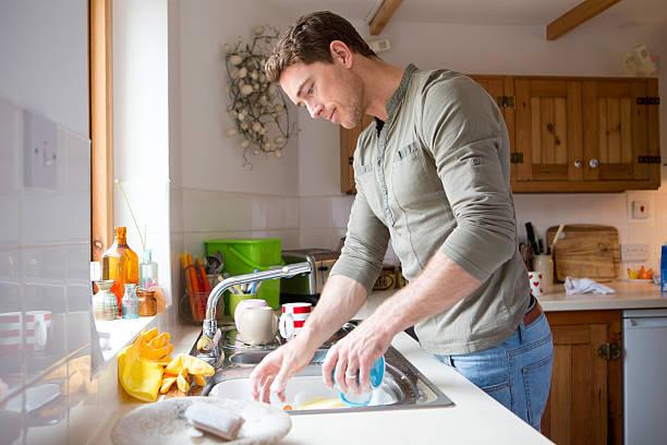 Man Washing Dishes at Home foto