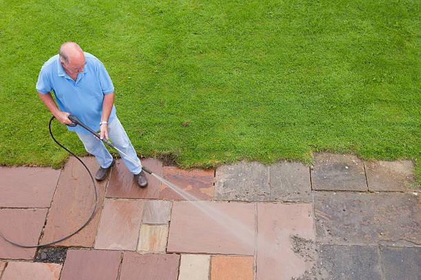 hombre losas de lavado patio - un solo hombre mayor fotografías e imágenes de stock