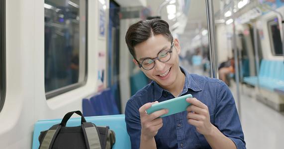 Hombre Ver El Video Foto de stock y más banco de imágenes de 5G