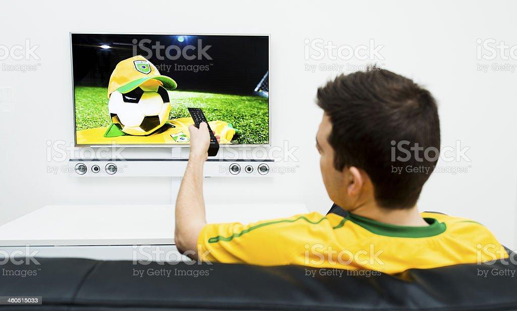 Homem observa o da Copa do Mundo de Futebol na tv - foto de acervo