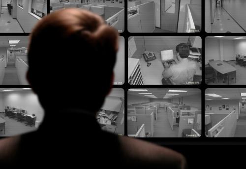 Homem Vê Um Funcionário Trabalho Através De Um Monitor De Vídeo Em Circuito Fechado - Fotografias de stock e mais imagens de Big Brother