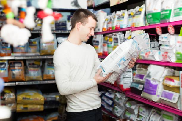 Un régime homme regardant les produits - Photo