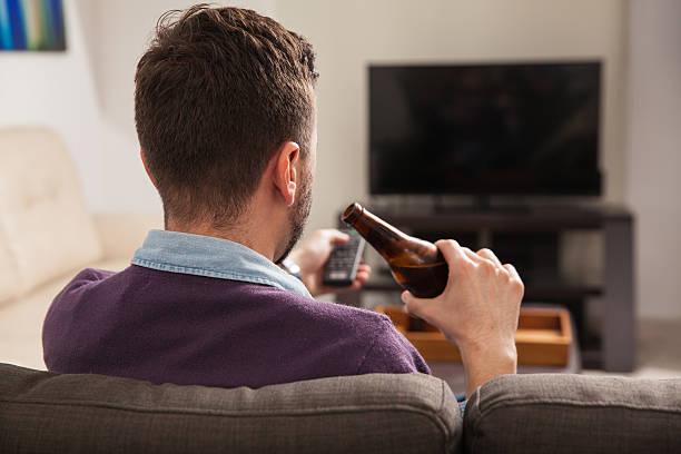homem assistindo tv em casa - beer pov tv - fotografias e filmes do acervo