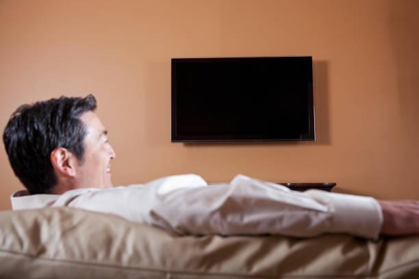 mann vor dem fernseher - tv wand profile stock-fotos und bilder