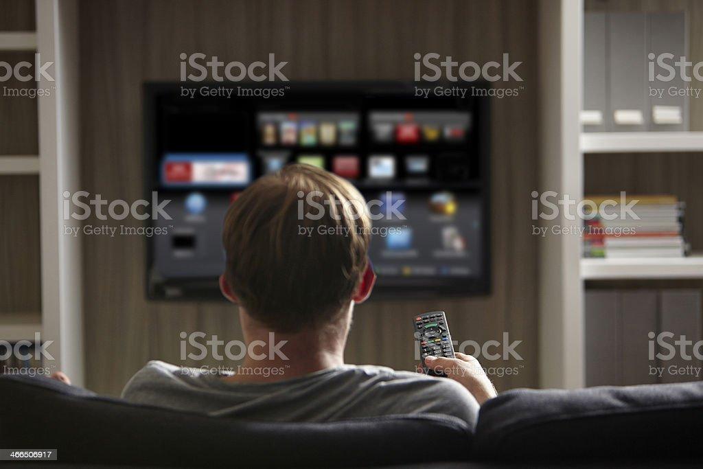 Uomo di guardare la TV - Foto stock royalty-free di Adulto