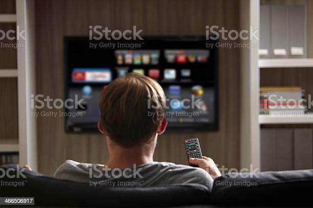 Uomo Di Guardare La Tv - Fotografie stock e altre immagini di Adulto