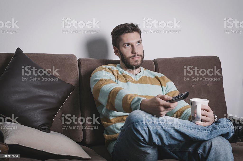Hombre mirando televisión - foto de stock