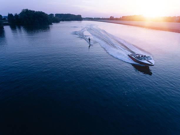 homem esquiando no lago atrás de um barco - esporte aquático - fotografias e filmes do acervo
