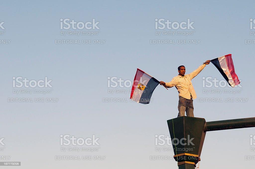 Hombre agitando egipcia flags - foto de stock