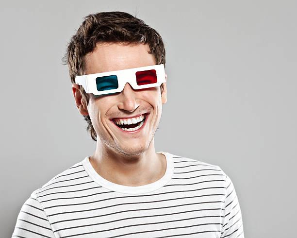Homme portant des lunettes 3D - Photo