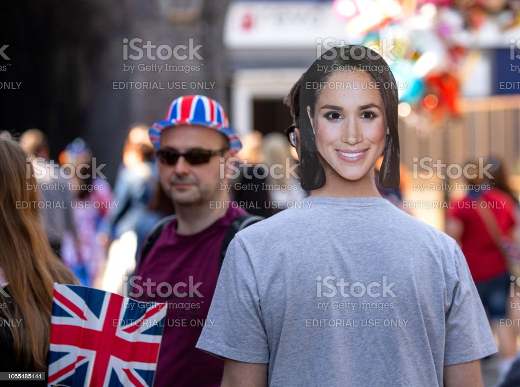Man wearing a Megan Markle face mask while celebrating the marriage of Meghan Markle and Prince Harry at St George's Chapel at Windsor Castle - Стоковые фото Duchess of Sussex роялти-фри
