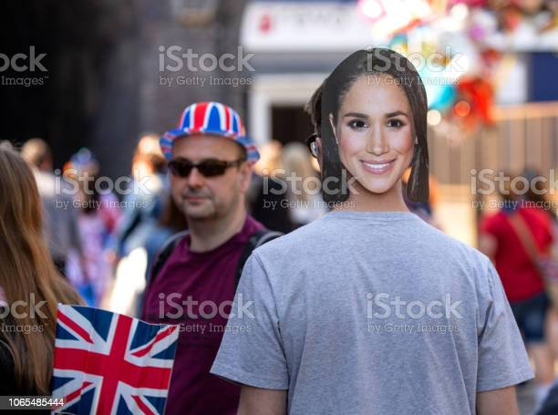 Man Wearing A Megan Markle Face Mask While Celebrating The Marriage Of Meghan Markle And Prince Harry At St Georges Chapel At Windsor Castle — стоковые фотографии и другие картинки Duchess of Sussex