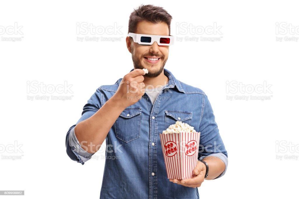 Homme portant une paire de lunettes 3D et manger des pop corn - Photo