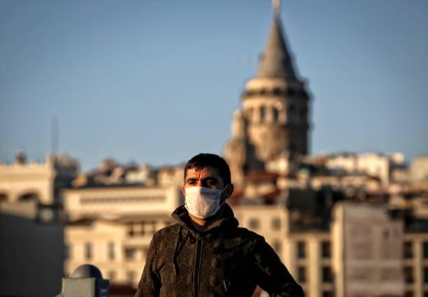 homme portant un masque stérile sur la rue - Photo