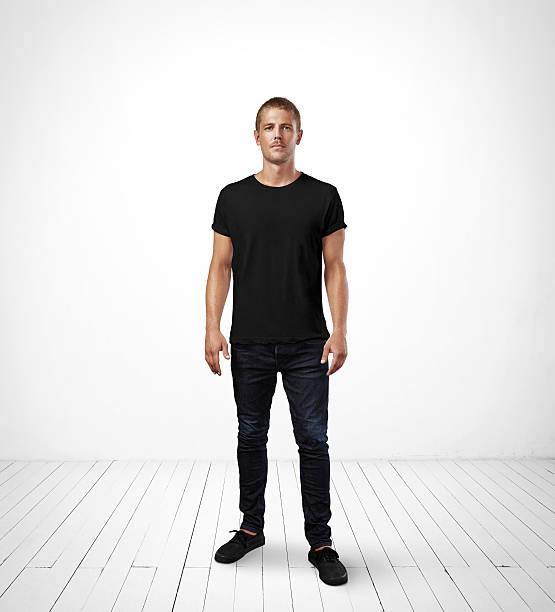man wearing black t-shirt - zwarte spijkerbroek stockfoto's en -beelden