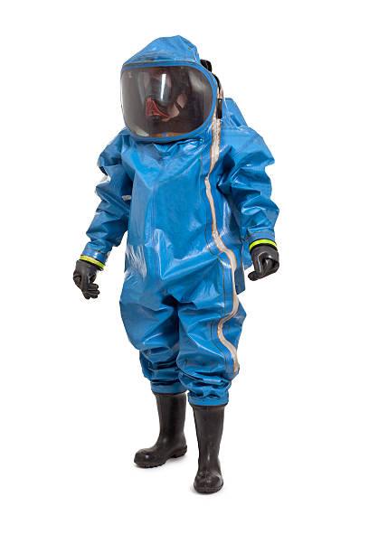 uomo indossando tuta di protezione chimica - tuta protettiva foto e immagini stock