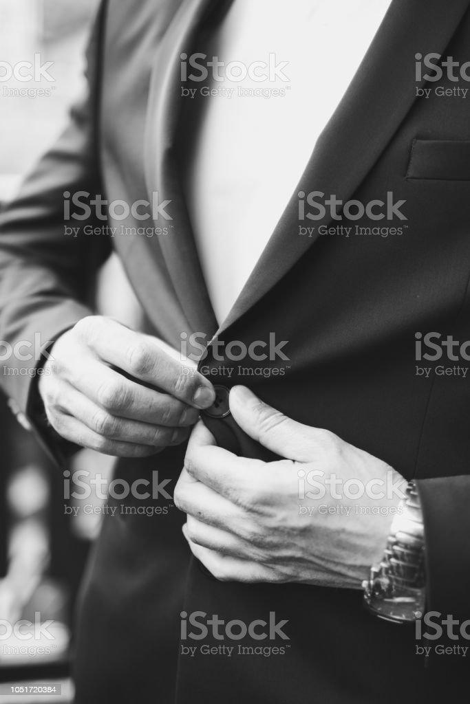 Hombres vestidos de blanco con negro